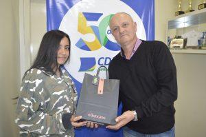 O diretor da CDL-BG, Ari Fachinetto, apadrinhou a jovem Kauane dos Santos pelo projeto Transformando Vidas – Crédito Exata Comunicação